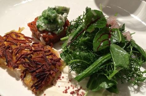 Rotlachs-Tatar-Gurkenspaghetti-Kartoffelroesti