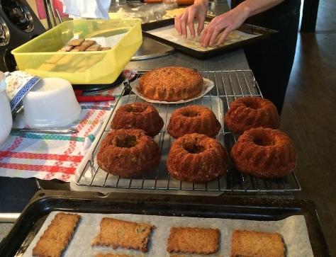 Backen-Ruebli-Kuchen-Mini-Guglhupf-Ruehrteig-mit-Kandierter-Orange-Weißer-Schokoladen-Couverture