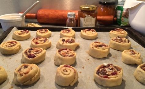 Wespennester-Hefeschnecken-mit-Mandeln-Feigen-Cranberries-Datteln