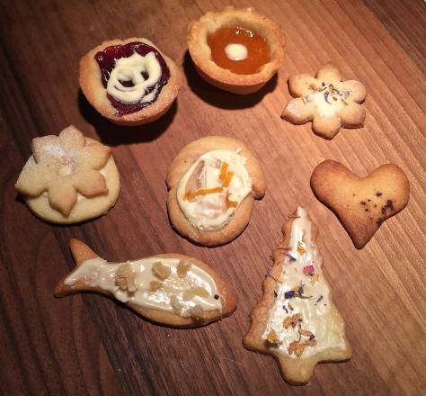 Weihnachtsplaetzchen-Muerbeteig-mit-Ingwer-kandiert-weisser-Schokolade-Gewuerzblueten