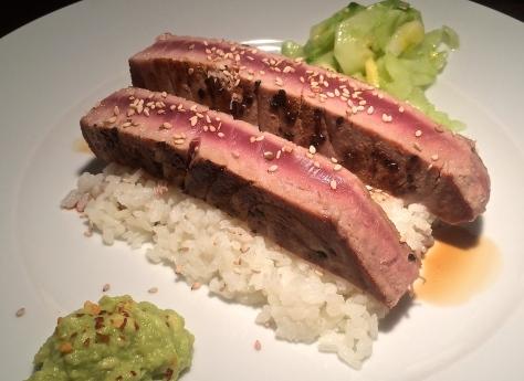 Thunfisch-mit-Avocado-Wasabi-Sesam-Gurken-Apfel-Salat-Rezept