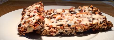 Nuss-Powerriegel mit Mandeln, Sonnenblumenkernen, Kuerbiskernen, Sesam, Honig und weißer Schokolade