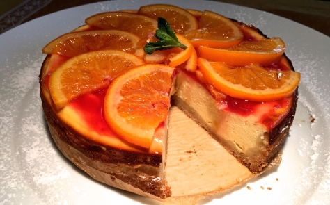 Orangenkaesekuchen mit Ricotta, saurer Sahne und Blutorangenmarmelade