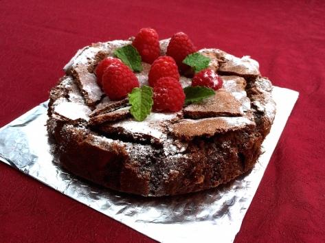 Schokoladenkuchen mit Himbeeren und Minze