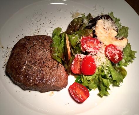 Ochsenfilet-Scheiben mit Salat, Tomaten und Champignons