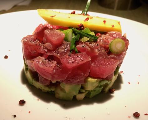 Thunfisch-Tartar mit Avocado, Zitrone, Mango, Charlotten und Olivenoel