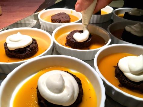 schoko schokoladen toertchen auf mangospiegel-mit-sahne-kap-stachelbeeren und karamellisierten walnuessen -img_7907