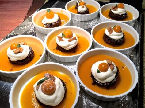 schoko schokoladen toertchen auf mangospiegel-mit-sahne-kap-stachelbeeren und karamellisierten walnuessen img_7910