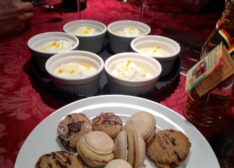 Vogelmilch - Nocken aus Eischnee mit Vanillesauce und Non-plus-Ultra- und Espresso Walnuss-Plaetzchen IMG_0811