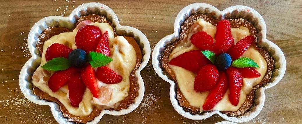 Erdbeer Rhabarber Toertchen mit Vanille Creme auf Muerbeteig Header