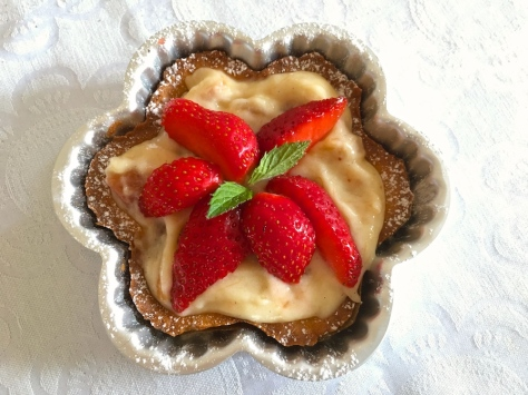 Erdbeer Toertchen mit Rhabarber und Vanille Creme auf Muerbeteig