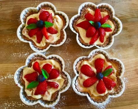 Vier Erdbeer Rhabarber Toertchen mit Vanille Creme auf Muerbeteig